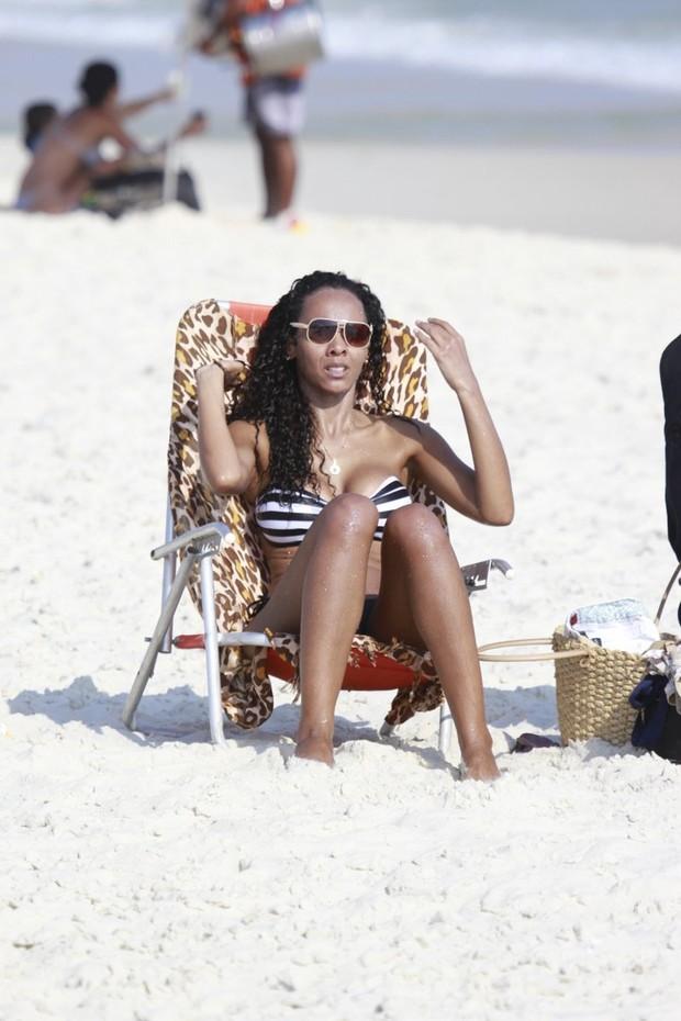Ex-bbb Aline na praia da Barra da Tijuca, RJ (Foto: Dilson Silva / Agnews)