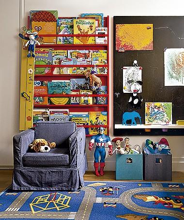A estante feita sob medida organiza os livros do filho da arquiteta Olivia Messa (Foto: Edu Castello/Editora Globo)