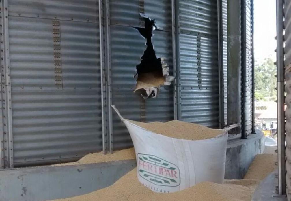 Trabalhadores foram soterrados em silo de soja em Paranapanema (Foto: Divulgação/Corpo de Bombeiros)