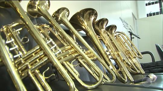 Instrumentos musicais com carimbo do MEC são achados em matagal