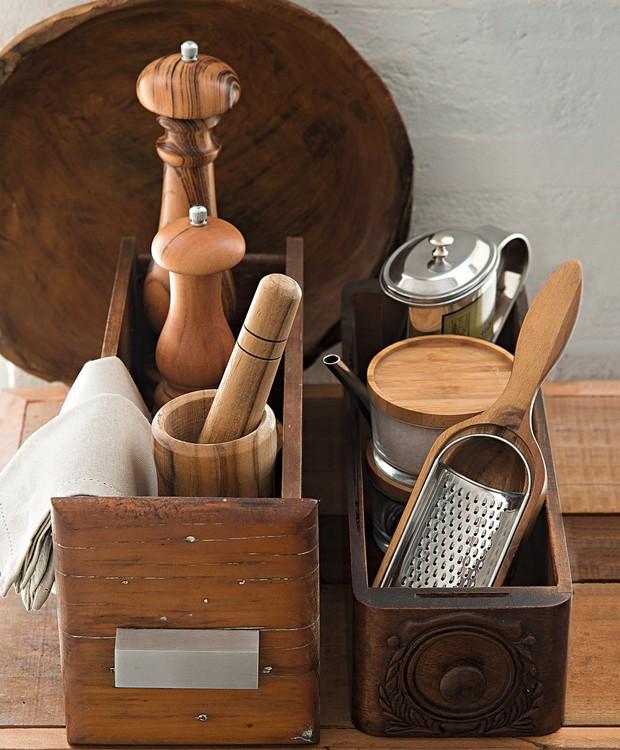 As gavetas do móvel antigo e da máquina de costura ajudam a organizar os utensílios de cozinha. Peças nas gavetas Tok & Stok, travessa ao fundo Ideia Única (Foto: Cacá Bratke / Editora Globo)