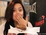 Brincalhona, Jéssica se esbalda nos bastidores com uma torta de chocolate (Foto: Malhação / TV Globo)