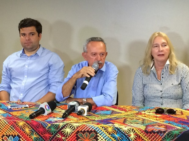 Benedito de Lira (ao centro) dá entrevista no dia seguinte à derrota nas urnas (Foto: Michelle Farias/G1)