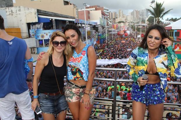 Letícia e Antonia Fontenelle curtindo show de Alinne Rosa em Salvador (Foto: Dilson Silva / Agnews)