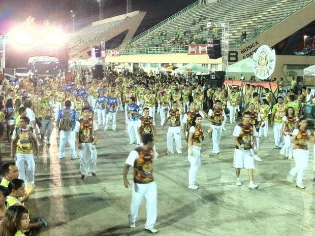 Público já começa a chegar no Sambódromo para a segunda noite do Boi Manaus (Foto: Girlene Medeiros/G1 AM)