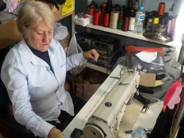 Mara aprendeu a costurar quando ainda era criança (Foto: Alana Fonseca/G1)