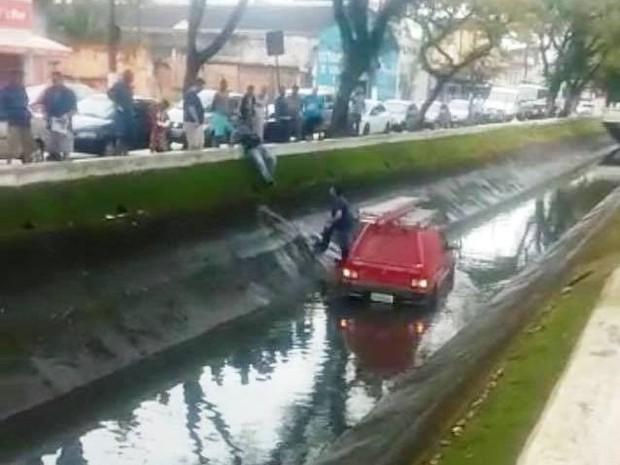 Carro caiu no canal por volta das 8h30 de quinta-feira (1º) (Foto: G1)