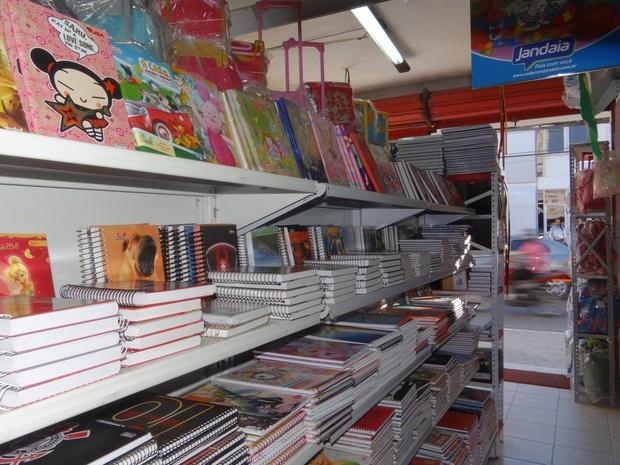 Ilustração pode diferenciar preço de produtos, com especificações semelhantes, dentro da lista de material escolar (Foto: Roberta Cólen/ G1)