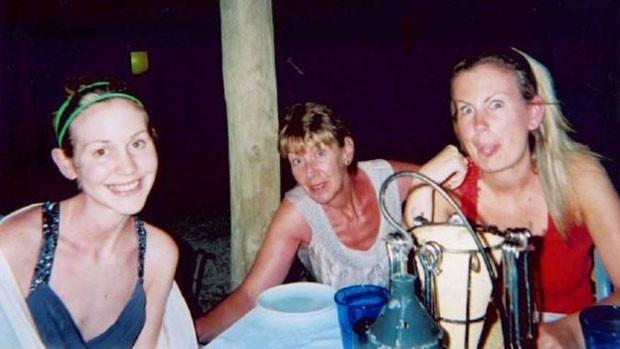 Foto de família de Lisa, Katie e a mãe nas férias de 2009 (Foto: BBC/Arquivo Pessoal)