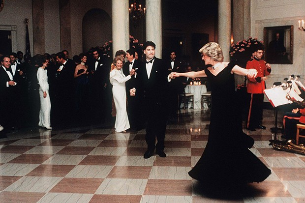 Diana chose a Victor Edelstein midnight-blue velvet gown to dance with John Travolta at The White House in 1985 (Foto: GETTY)