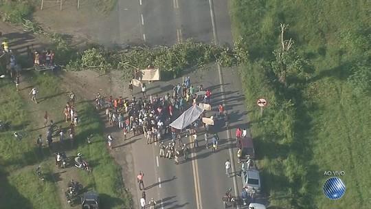 Protesto bloqueia dois sentidos da BA-093, na região da cidade de Pojuca