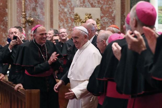 Papa Francisco chega para encontro com bispos na Catedral de São Mateus nesta quarta-feira (23) (Foto: Mark Wilson/AFP)