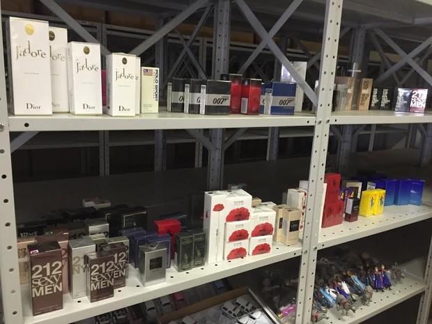 Perfumes também foram apreendidos e estão no galpão da Receita (Foto: Marcello Carvalho/G1)