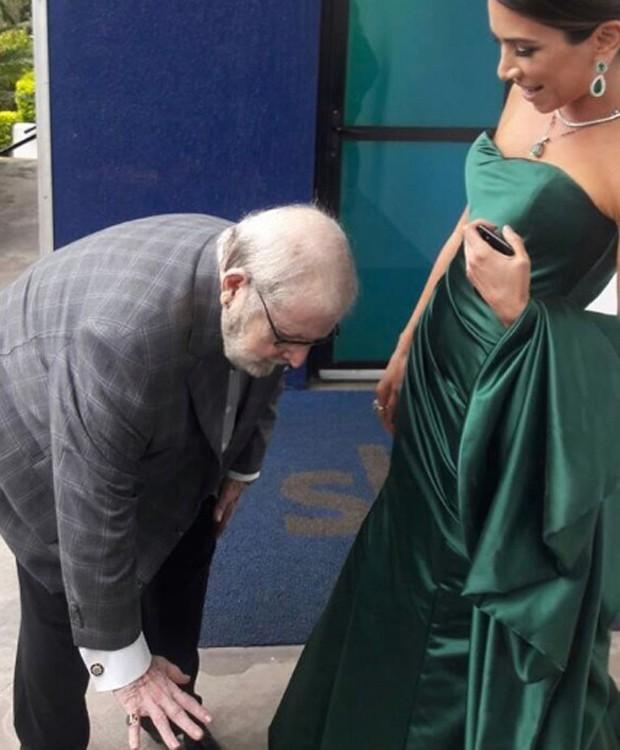 Jô Soares se abaixa para dizer a Patricia Abravanel que a conhece desde pequena (Foto: Reprodução/Instagram)