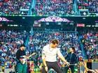 Músicos do Coldplay pedem comida orgânica e jornal do dia em camarim