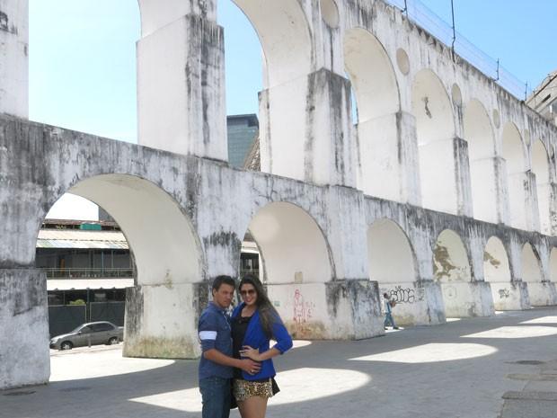 Mendigo gato posa com a namorada Clarissa Couto nos Arcos da Lapa (Foto: Lívia Torres/G1)