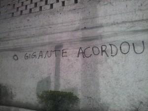 Muro na cidade de Santos pichado pelos manifestantes (Foto: Leandro Campos/G1)