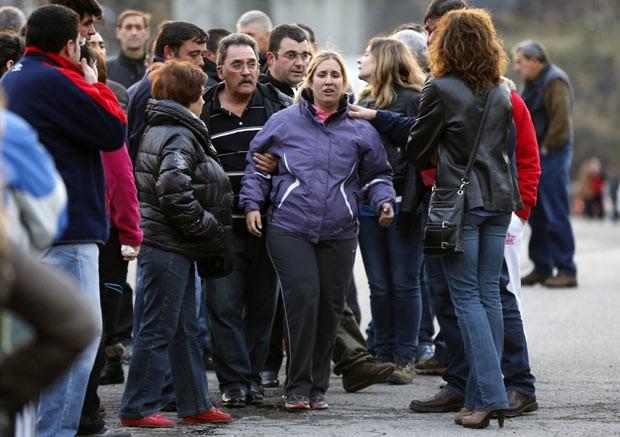 Parentes próximo ao local de vazamento em mina em Santa Lúcia, na Espanha, nesta segunda-feira (28) (Foto: AFP)