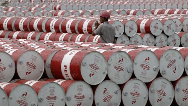 Banco Mundial revê em baixa previsão do preço do petróleo em 2016