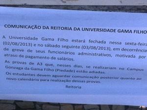 Aviso na porta da universidade dizia que ela estava fechada (Foto: Lívia Torres / G1)