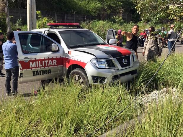 Viatura ainda derrubou poste após se envolver em colisão com motocicleta (Foto: Walter Paparazzo/G1)