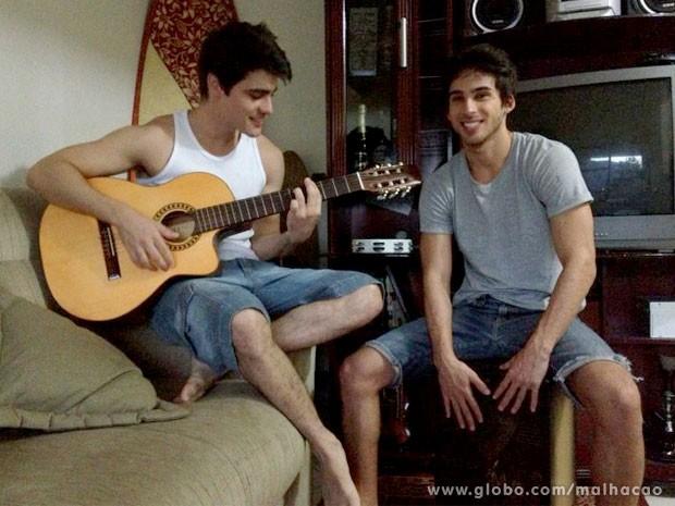 Gui ao lado de Mauro, um dos dois amigos que dividem o apê com ele (Foto: Malhação / TV Globo)