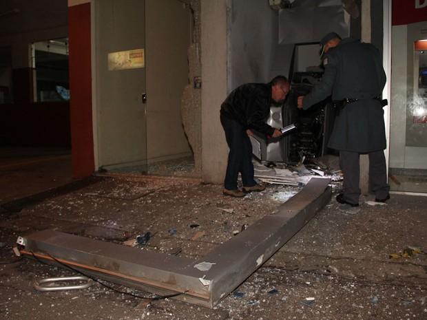 Caixa eletrônico ficou destruído após explosão em Ibaté (Foto: Maurício Duch)