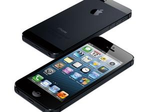 O iPhone 5 possui tela de 4 polegadas, com tamanho de 12,4 cm por 5,8 cm, roda o sistema operacional iOS 6, tem câmera com resolução frontal de 8 MP e processador dual core de 1,6 Ghz; com memória interna mínima de 16 GB, o preço é de R$ 2.399. (Foto: Divulgação/Apple)