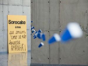 """Réplicas do totem """"Sorocaba é do Senhor Jesus Cristo"""" e monóculos integram exposição (Foto: Alexandre Lombardi/ Prefeitura de Sorocaba)"""