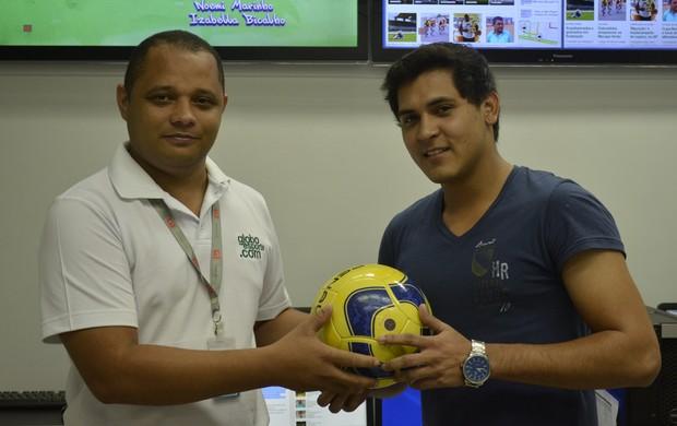 Vencedor da Promoção Bola do Amapazão recebe prêmio (Foto: Foto: Jonhwene Silva/ GE-AP)