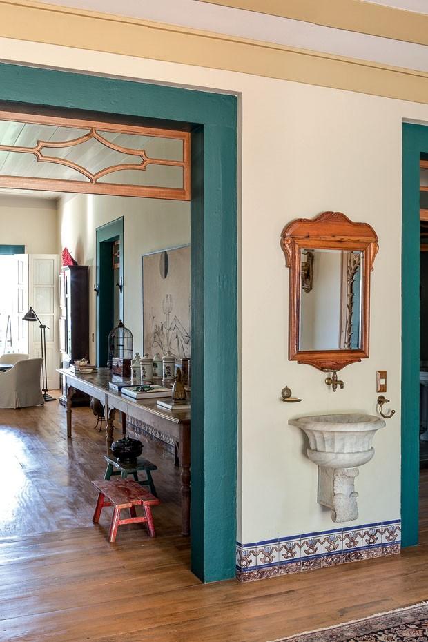 decoracao lavabo rustico : decoracao lavabo rustico:No corredor, um lavabo improvisado e rústico traz charme à morada