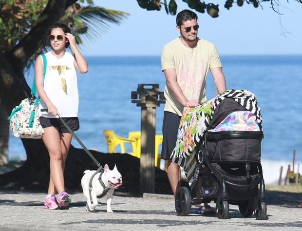 Yanna Lavigne e Bruno Gissoni passeiam com Madalena (Foto: Reprodução)