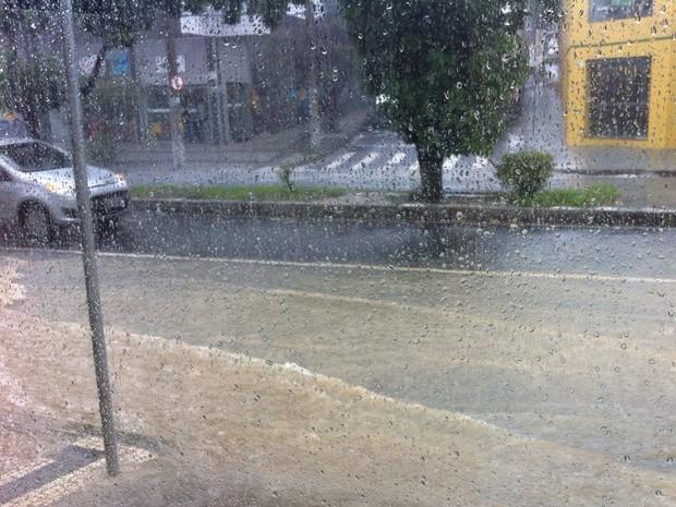 No primeiro dia de abril, pancada de chuva causou alagamento na Avenida Silviano Brandão, em BH (Foto: Fernanda Rodrigues Nunes/Arquivo Pessoal)