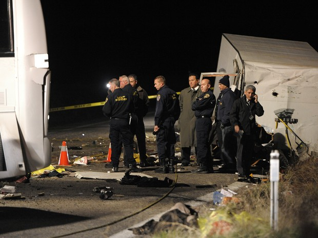 Autoridades continuam a investigação do acidente em que ao menos oito pessoas morreram nos EUA (Foto: AP Photos / Rodrigo Pena)