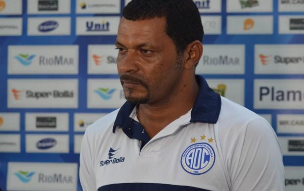 Rocha reclama de excesso de cartões para o Confiança (Foto: Felipe Martins)