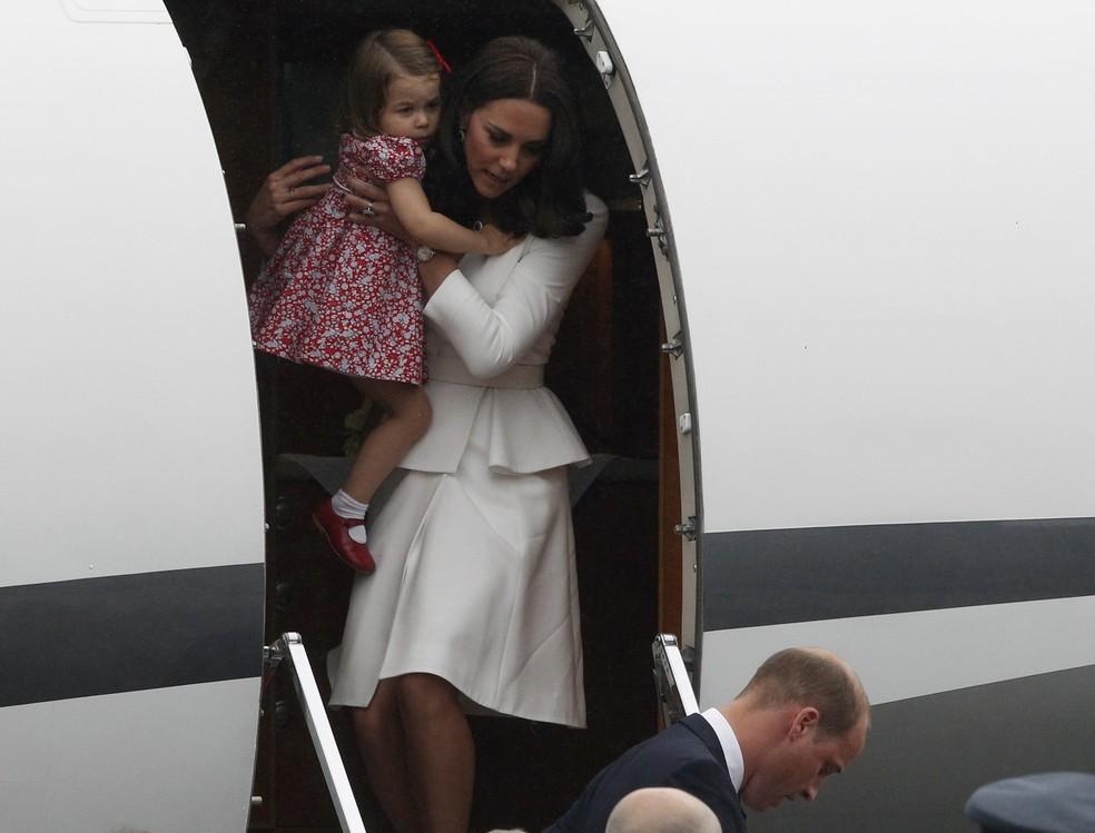 Kate Middleton desembarca com a princesa Charlotte no colo ao chegar na Polônia (Foto: AP Photo/Czarek Sokolowski)