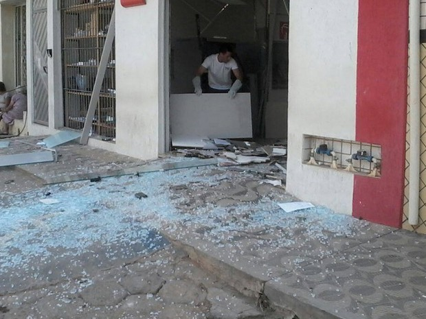 Caixa eletrônico ficou completamente destruído após ação dos criminosos (Foto: Cristiano Dias/Inter TV dos Vales)