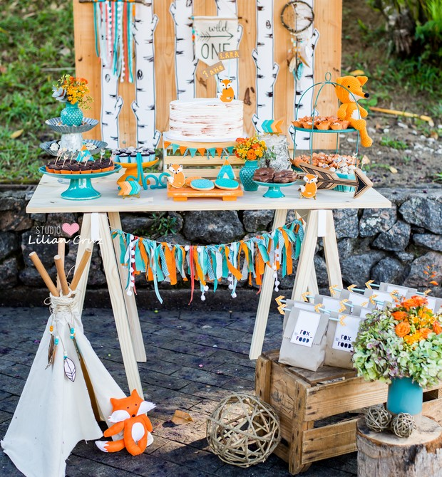A mesa do bolo do aniversário da Lara parece fazer parte do ambiente (Foto: Divulgação / Lilian Cruz)