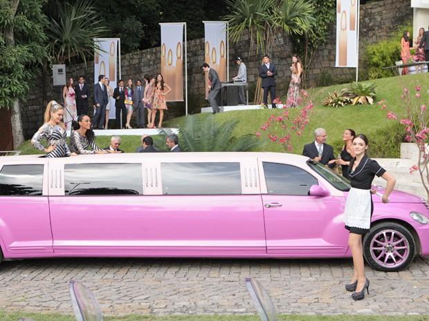 Empreguetes chegam no casamento das 'Sarnentas' e Cida faz strip-tease (Foto: Cheias de Charme/ TV Globo)