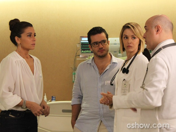Os médicos tentam acalmar a mulher de Cadu, que está aflita (Foto: Em Família/TV Globo)