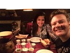 Thais Fersoza janta com Michel Teló e diz: 'Matando a vontade da mamãe'