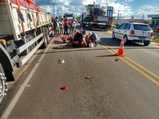 Acidente entre moto e caminhão na BR-428 em Petrolina (Foto: Giomara Damasceno/TVGrandeRio)