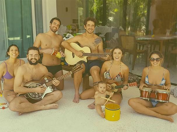 Rocco toca tambor enquanto seus pais, Felipe Andreoli e Rafa Brites, o acompanham com outros instrumentos (Foto: Reprodução/Instagram)