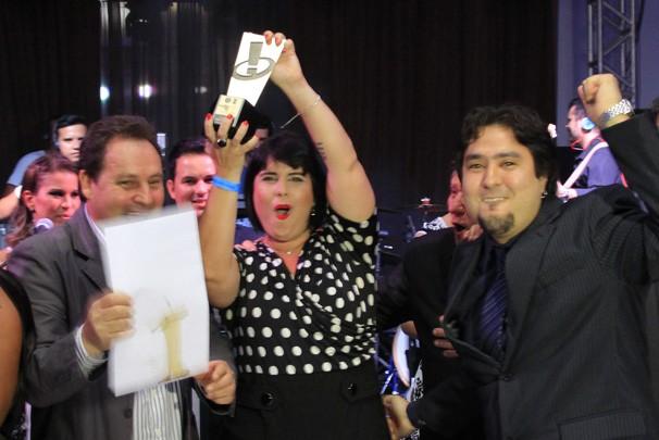 Equipe da Sin Comunicação festejou troféu na categoria Institucional  (Foto: Kleide Teixeira/Jornal da Paraíba)