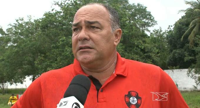 Ruy Scarpino é o treinador do Moto Club e fala no CT Pereira dos Santos (Foto: Reprodução / TV Mirante)