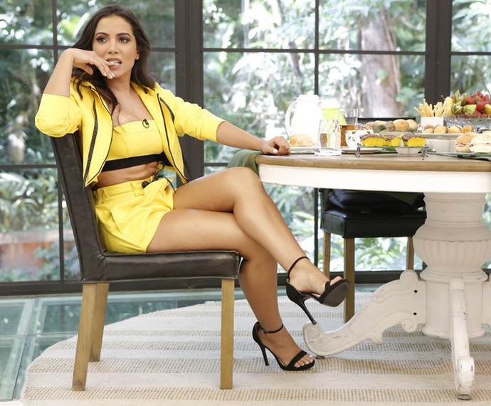 Anitta escolheu um look amarelo para o café da manhã com Ana Maria (Foto: Fábio Rocha / Gshow)