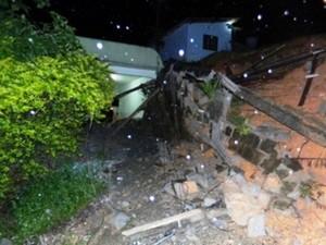 No bairro Azambuja, deslizamento destruiu cômodos de casa e muro (Foto: Defesa Civil Brusque/Divulgação)
