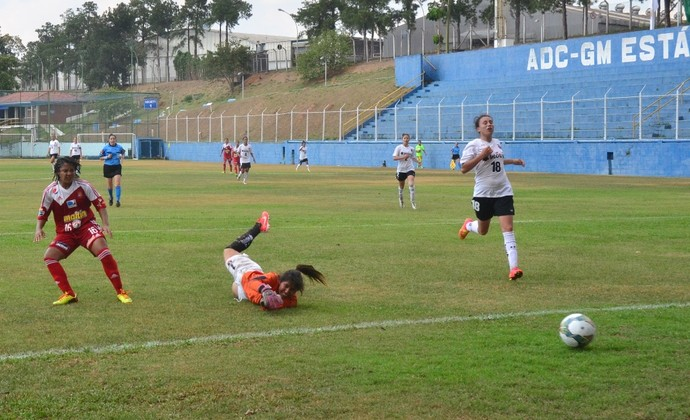 Colo Colo e Caracas se enfrentam no estádio Joe Sanchez, o campo da GM (Foto: Tião Martins/ PMSJC)