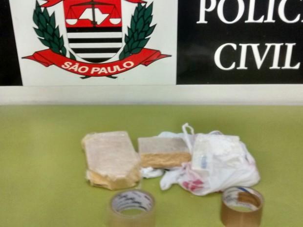Drogas foram presas com o homem (Foto: Divulgação / Polícia Civil)