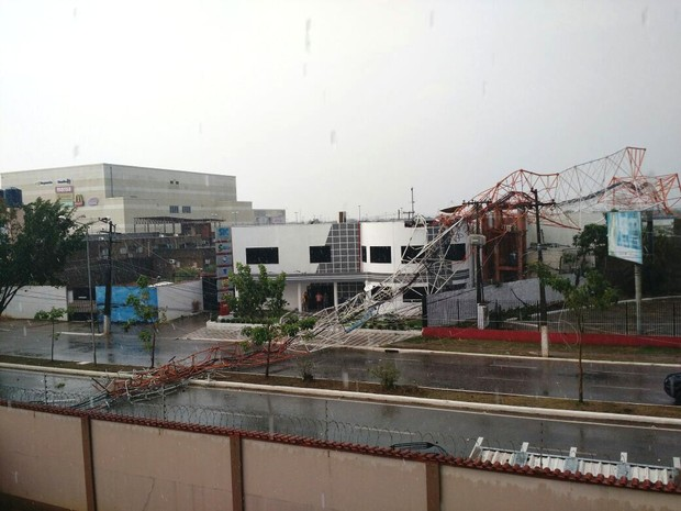 Moradores próximos presenciaram queda de torre, em Porto Velho (Foto: Reprodução/ WhatsApp)